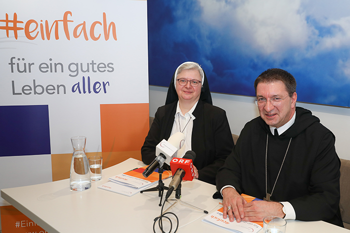 Sr. Franziska Bruckner und Erzabt Korbinian Birnbacher setzen sich für das Wahren der Menschenrechte und für ein menschliches Handeln in Afghanistan ein. (c) MSB